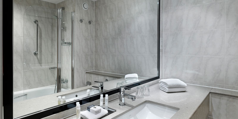 double tree by hilton woking bathroom